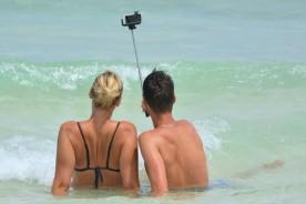 selfie-people-man-woman-selfiestick-ocean-sea-1